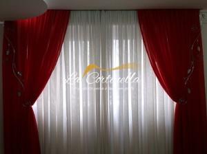 Cortinas para sala com dois tecidos de voal tradicional e laterais em seda vermelha.