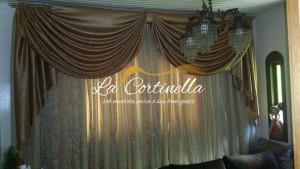Cortinas para sala com bando em seda e cortina em voal listado e amassado.